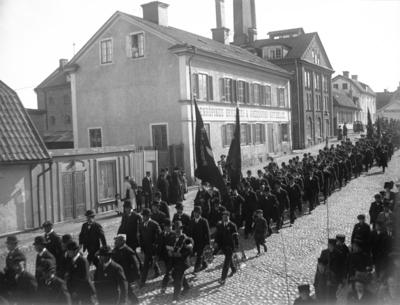 """""""1 maj, vid Enköpings bryggeri"""". Kungsgatan 5-11, Enköping, sett från norr."""