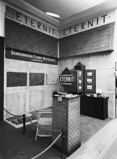 Image from object titled Skioptikonbild med motiv från Göteborgsutställningen 1923. Skandinaviska Eternit AB:s monter.