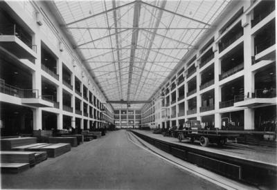 Image from object titled General Motors fabrik. Efter den färdiga bilramen sammansatts placeras den på en transportbana.
