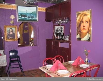 """Image from object titled Pizzeria Mona Lisa i Kumla, interiör. Bilder tagna i samband med dokumentationsprojektet """"Pizzerior och paraboler"""", delprojektet """"Pizzerior i Örebro län"""". Dnr: 2004.250.068"""