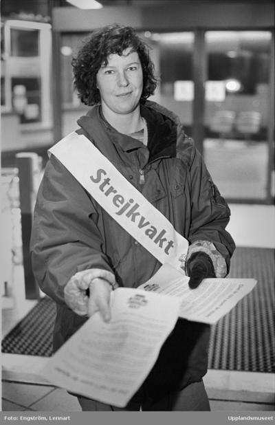 """Image from object titled Sjuksköterskor i strejk - """"det är inget nöje att strejka, säger Anna Eriksson, men jag har inte råd att låta bli"""", Uppsala 1995"""