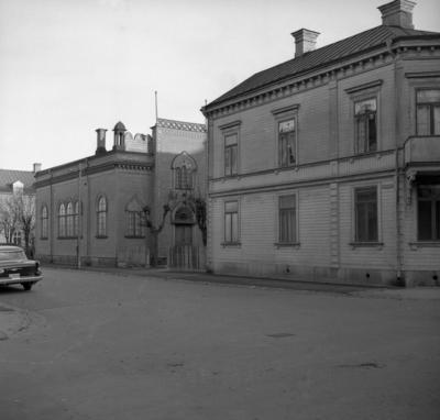 Image from object titled Synagogan i Karlstad på en bild från 1960. Kyrkobyggnaden hade karaktären av ett bönehus och låg i en träfastighet på Norra Klaragatan. Huset byggdes 1895 och revs 1961.