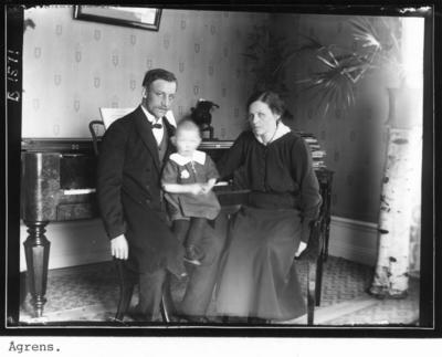 Skollärarfamiljen Ågren. Axel Ågren född 1885 och hustru Desideria (Dessy), född Skagerberg 1886, samt sonen Arne. Axel Ågren var organist och lärare i Åmot. Uppgiftslämnare Gerd Eskilsson, Solna den 21 juli 2009.