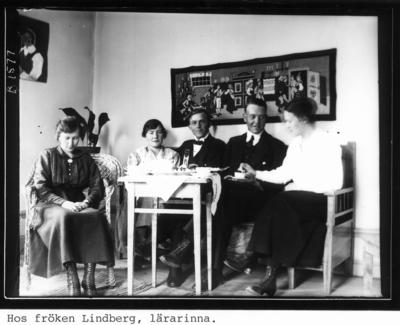 Hos fröken Lindberg, lärarinna. Från vänster: Valborg Östling, Karin Hedlund, Carl Wiklund, Folke Lövgren och Elna Lindberg.