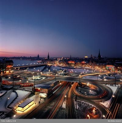 Image from object titled Vinterbild, en natt i februari, över trafikkarusellen vid Slussen upplyst av neon och gatlyktor, Stockholm.