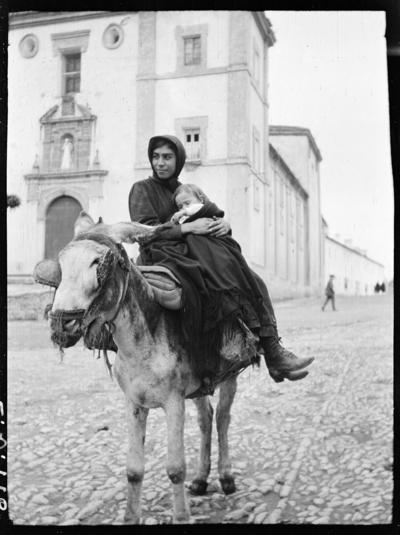 Kvinna och barn på en åsna. Troligen Ronda, Spanien.