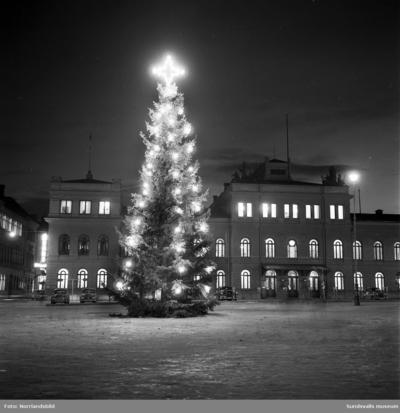 Image from object titled Julgranen på Stora torget 1957.
