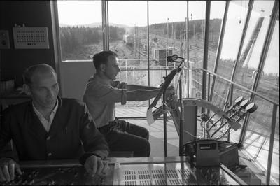 Rangertornet på rangerbangården på Ånge station Personal vid ett elektriskt ställverk och vid en automatisk växelomläggningsmaskin.