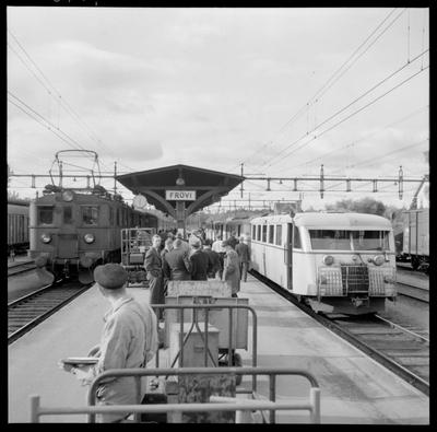 Resande på Frövi station. Statens Järnvägar, SJ D 367. Trafikaktiebolaget Grängesberg - Oxelösunds Järnvägar, TGOJ B 13.