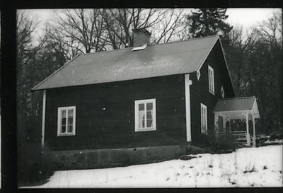 Image from object titled Badelunda sn, Södra Björnön. Södra Björnö 1:1, f.d. Fiskartorpet Halsen, bostadshuset. 1998.