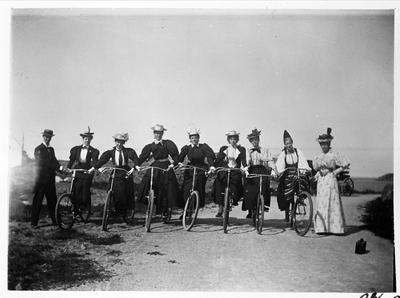Image from object titled Sju damer på cyklar.