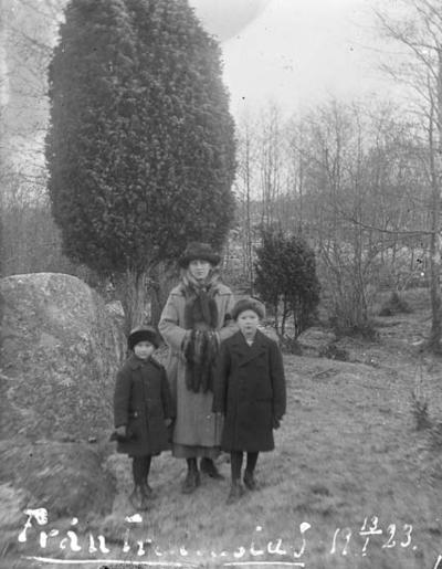 """Enligt text skriven på glasplåten: """"Från Trättestad 13 /1 1923""""."""