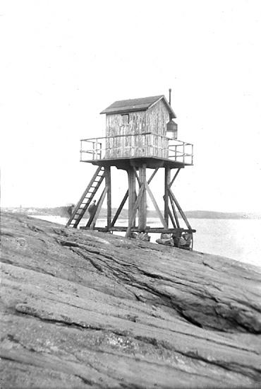 Image from object titled Äckerös fyr på sin naturliga plats, söder om Mollösund.  Fyren visade infarten till farleden för den söderifrån kommande båttrafiken.  Fyren flyttades senare till S:t Eriks park i Marstrand.