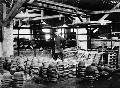 Image from object titled Första världskriget: Fabrikation av stålhjälmar i en fabrik i Lüceck.