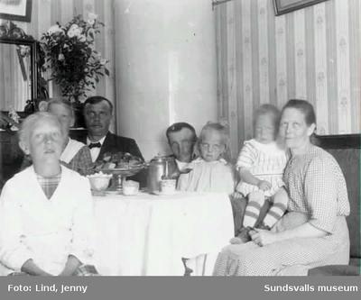 """Kaffebjudning. Text: """"Skönsberg den 21/8 1916. Hjärtlig Gratulation på Josefina dagen av Fru Gustavsson"""" (Skönsberg tillagt med blyerts) och adresserat till """"Fru Josefina Andersson Sundsvall"""" (Farmor i blyerts)...."""