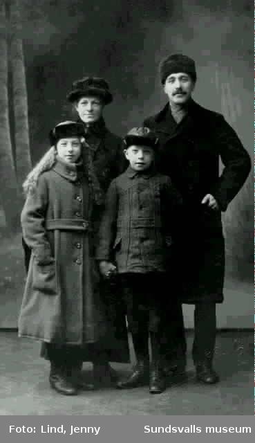 Familjen Andersson, Pappa Emil och barnen Birger f 1908 och Matilda