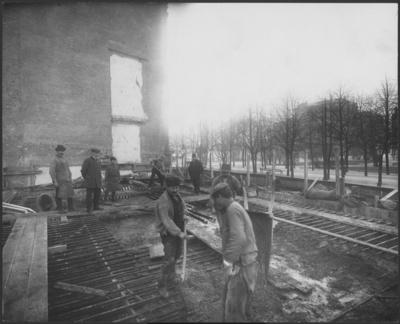 Image from object titled Stockholms Enskilda Bank Exteriör. Byggnadsplatsen, byggnadsarbetare under pågående gjutning av tak till kassavalven.