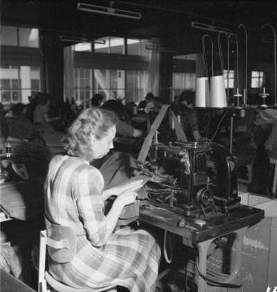 Image from object titled Slitmans fabrik Olika arbetsmoment med personal Interiör