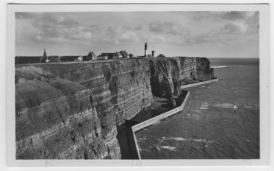 Image from object titled 'Bebyggelse med fyr och kyrka på berg. Klippkant med mur nedanför mot havet. ::  :: Ingår i serie med fotonr. 2454-2461.'