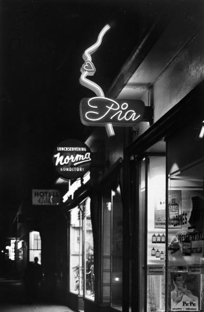 Image from object titled Pia hygienartiklar, affärsbyggnad, neonskylt från Roos Neon.