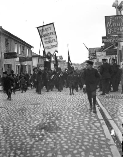"""Image from object titled """"1 maj demonstration"""". Kungsgatan, Enköping, sedd från korsningen med Rådhusgatan mot sydväst."""
