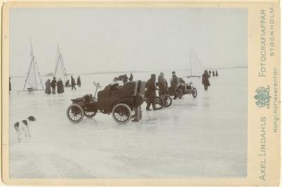 Den första biltävlingen (hastighetstävling) i Sverige avhölls på Mälarens is 1905. Egentligen skulle tävligen ha varit mellan isjakter och bilar men vindstilla rådde. Vagnen närmast äe en Scania-tonneau tillhörig ingenjör...