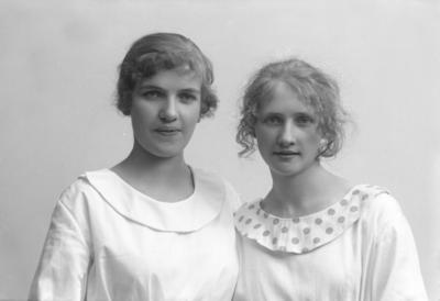 """Porträtt från fotografen Maria Teschs ateljé i Linköping. 1910 - 1916. Beställare: Agnes Carlsson. Övrig uppgift: """"två kvinnor"""""""