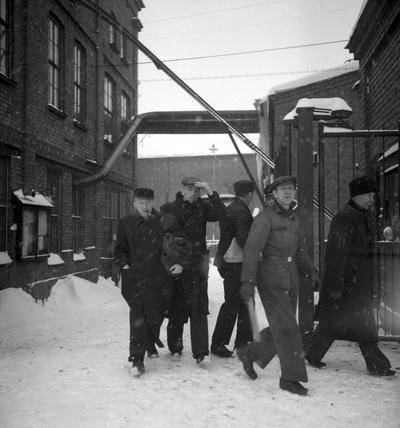 Image from object titled Metallarbetare på KMV går ut i strejk i februari 1945. Strejken ingick i den stora metallkonflikten som pågick till juni detta år.