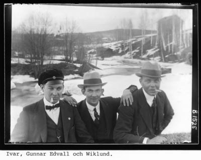 Vid ån, från vänster Ivar Eriksson, Gunnar Edvall och Manne Nordström.