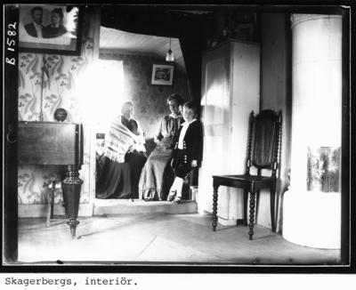 Skagerbergs, interiör. Alma Skagerberg (dotter) och Erland Skagerberg (sonson).