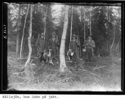 Källsjön, hos John på jakt. Personerna från vänster: Elis Eriksson, Johan Larsson, okänd person samt John A Svensson.