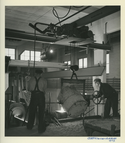Image from object titled Interiörbld.Tillverkning av centrifugalrör. Centrifugalrörsfabriken i Oxelösund, 1947. Personer: Fabriksarbetare.