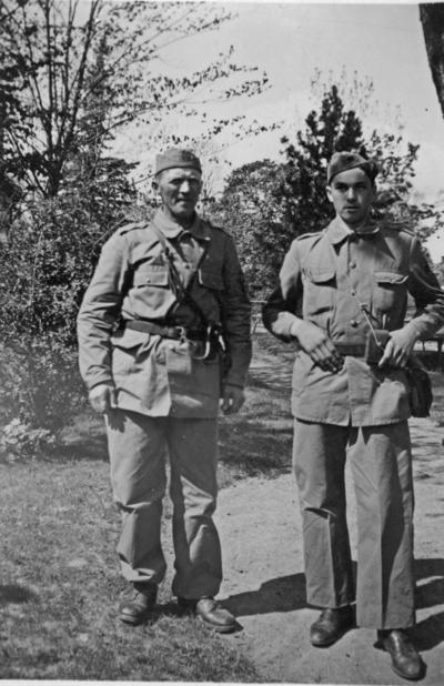 Image from object titled Två hemvärnsmän vid Norrtälje. Wahlström från Kållerö och Jörgen, juni 1943.