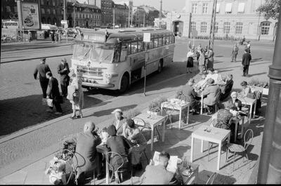 Statens Järnvägar, SJ-buss till Oslo, vid hållplats i närheten av uteservering vid Malmö Central.