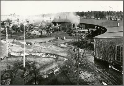 Ostkustbanans, OKB, lokstall vid Gävle södra på 1950-talet. Uppsala - Gävle Järnvägs, UGJ, lokstall syns till vänster.