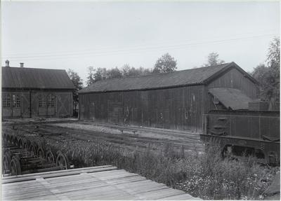 Från verkstaden vid Gävle norra år 1902. Längst till vänster    godsvagnsverkstaden. I bakgrunden förrådsbyggnad med märken från den stora branden år 1869. Gävle - Dala Järnväg, GDJ.