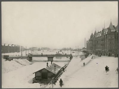 """Gävle, GDJ änke och pupillkassas hus, svängbron Isbrytare """"Per Ennes"""" till vänster i bakgrunden Klapphus i förgrunden Bierhall i Dalapalatset. Bilden tagen från järnvägsbron mellan Gävle södra och Gävle Centralstation."""