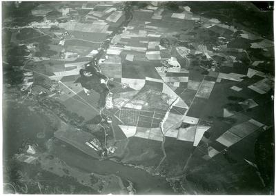 Badelunda sn, Badelundaåsen. Flygfoto över landskap med bebyggelse.