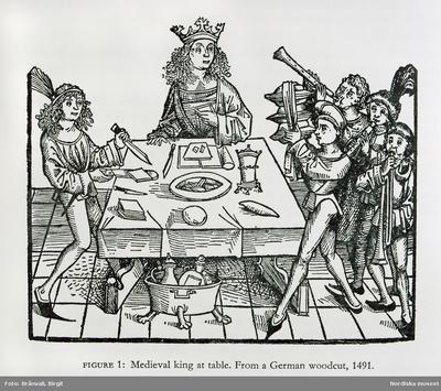 """Träsnitt. Måltidsscen från 1500-talet. """"Serveringskärlen kunde bäras in staplade på varandra. Här är försnidaren i full aktion och musikanterna gör sitt för att höja stämningen. En fyrkantig träskiva att äta på kallades..."""