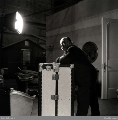 Image from object titled Filmregissören Alfred Hitchcock i en filmstudio.