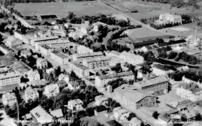 """Text på vykortet """"Västermalm, Sundsvall (flygfoto)"""".  Längst ner t h syns bryggeriet Nordstiernan. Överst t h Västhagens sjukhus."""