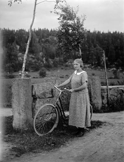 Image from object titled Kvinna med cykel.