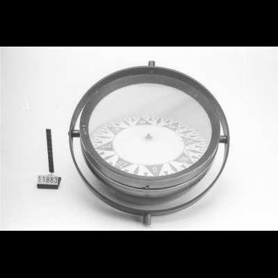 Scheepskompas in cardanisch montuur