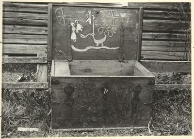 Yläneen kirkonkylä Joen talo: arkku vuodelta 1814, sisäkannessa tyylitelty lohikäärmeaihe