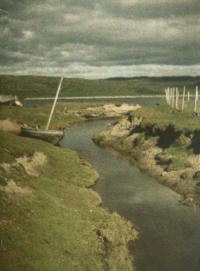 Image from object titled purjevene joen penkalla; kuvattu todennäköisesti Petsamossa