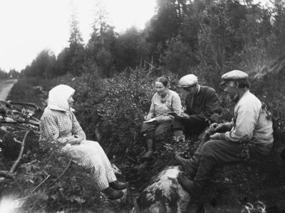 Jenny ja Sauli Paulaharju haastattelevat Ståhlnackien pariskuntaa ojan pientareella; Paulaharjut keskellä
