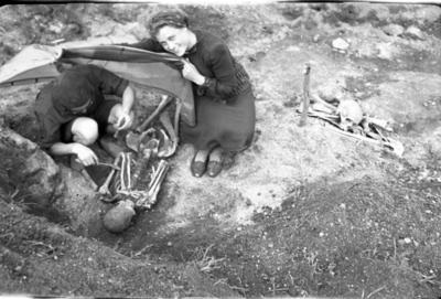 Image from object titled Linksmučių kapinyno (Pakruojo r.) kapo 43 preparavimas