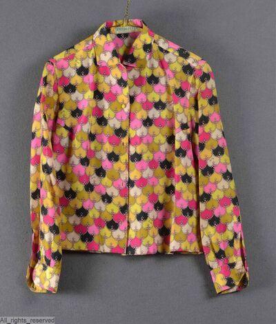 Hemdbloeze met lange mouwen in bedrukte zijde; motief met spitsovalen in fuchsia roze, geel en zwart; sluit met met de stof overtrokken knopen