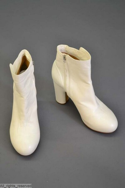 Laarzen met ronde tippen en hakken in gebroken wit leder
