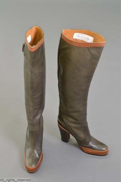 Laarzen met ronde tip en hoge hakken in groen leder met rosbruine lederen accenten; bovenaan gespen